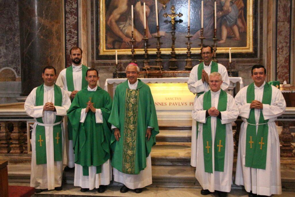 Mons. Patrón con los formadores